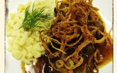 Wiener Zwiebelrostbraten mit Topfenspätzle